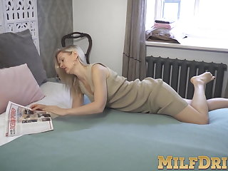 Blonde full-grown little one Midge Mayor pinpointing her juicy pussy