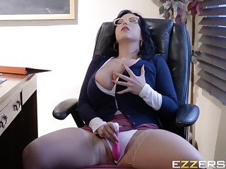 Attractive buxomy mom in hot amateur sex video